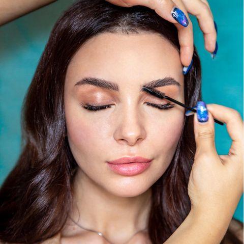 Brow Lifting: Eine Frau stylt sich ihre Augenbrauen