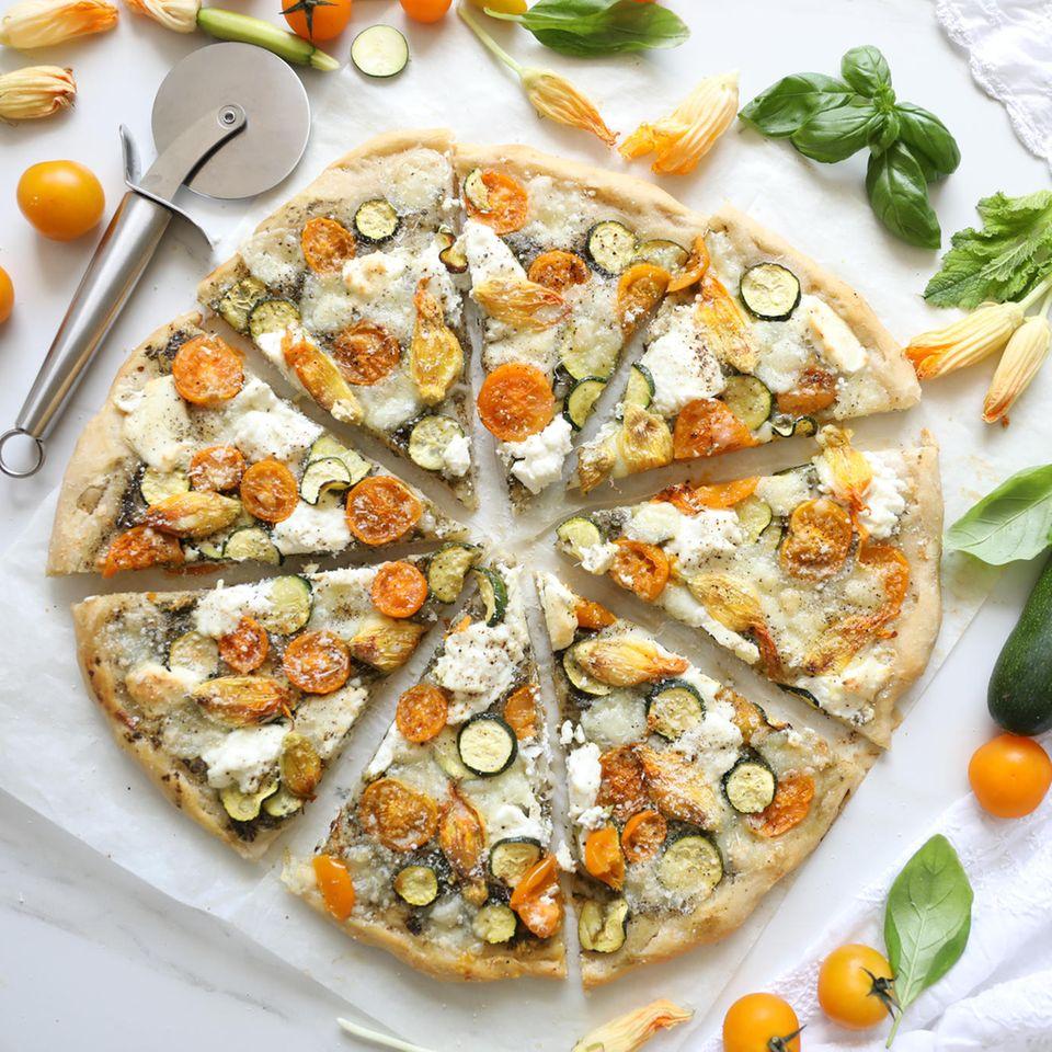 Gesunde Pizza, Pizza mit Zucchini, gelben Kirschtomaten, Mozzarella und Ricotta Käse, Gemüsepizza
