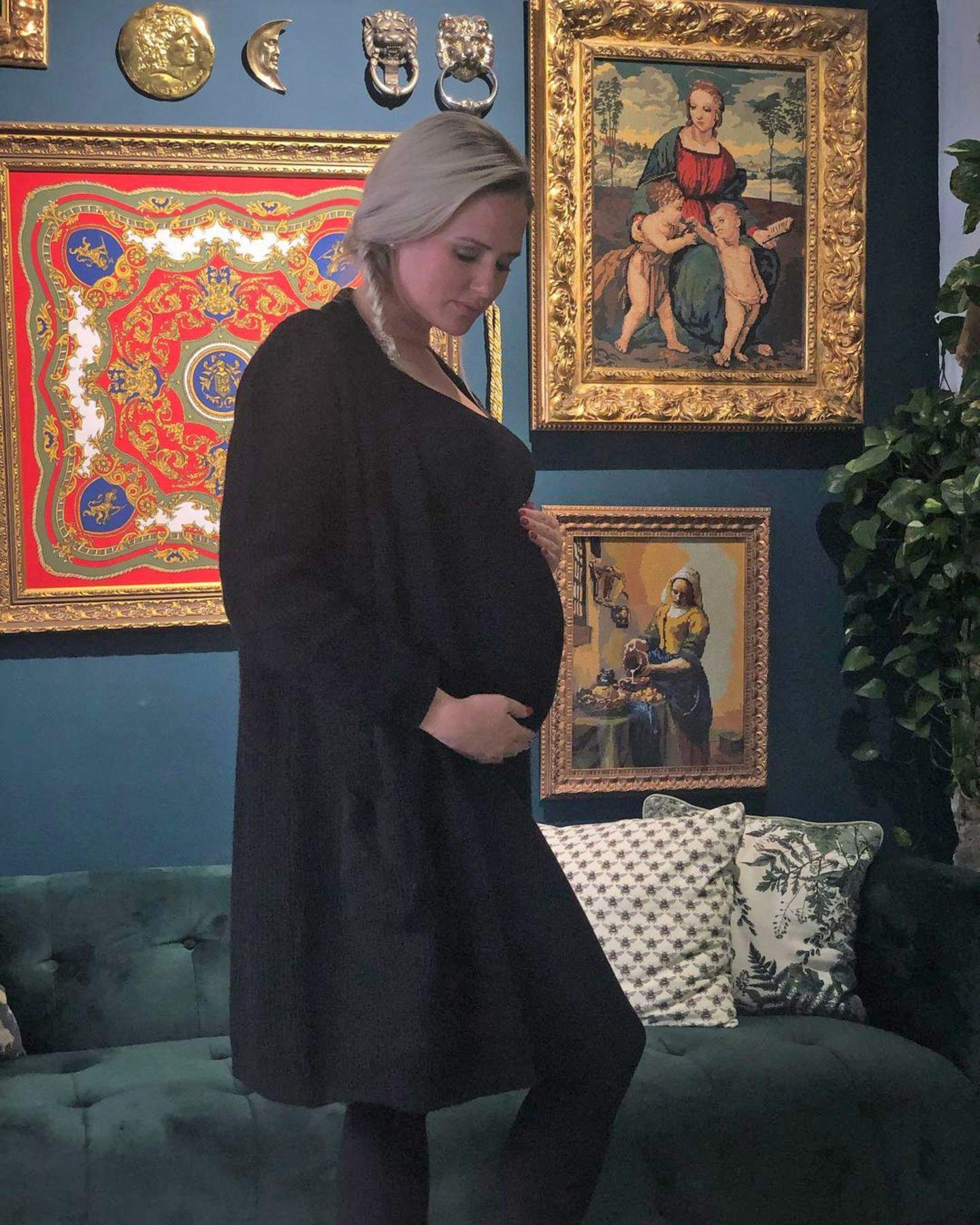 Sarah Knappik ist mittlerweile im achten Monat schwanger und das macht sich bei dem TV-Star so langsam bemerkbar. Auf Instagram verrät Sarah, dass jetzt der Punkt gekommen sei, an dem sie ihre Füße nicht mehr sehen könne. Lange dauert es nicht mehr, und sie kann endlich ihr erstes Kind in den Armen halten.