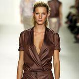 """Gisele Bündchen 2001 mit 20 Jahren auf dem Laufsteg bei """"Calvin Klein"""" – müssen wir noch mehr sagen?Das Model hat nun, nach 22 Jahren, bekanntgegeben, die Modelagentur IMG zu verlassen."""