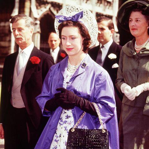 Prinzessin Margaret ( * 21. August 1930 † 9. Februar 2002 )  Die jüngere Schwester von Queen Elizabeth war nicht nur im Leben etwas unkonventioneller als die Königin, sondern auch mit der Wahl ihrer royalen Outfits. Zum Todestag zeigen wir einige ihrer Looks durch die Jahrzehnte, wie hier 1962 beim Besuch einer Hochzeit in Westminster Abbey.