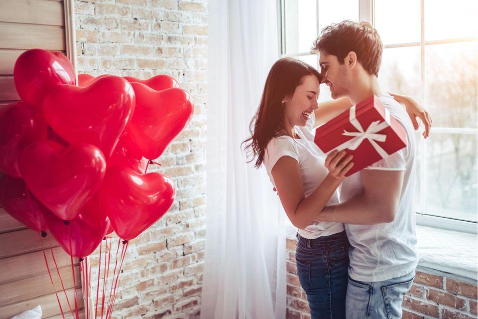 Junges Paar umarmt sich, Liebespaar, Geschenk