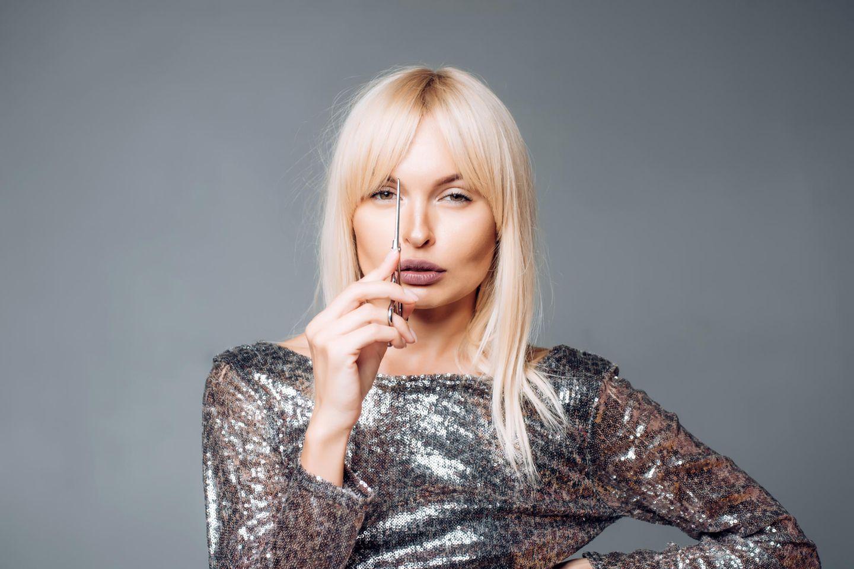 Friseurschere: Die besten günstigen Modelle, junge Frau