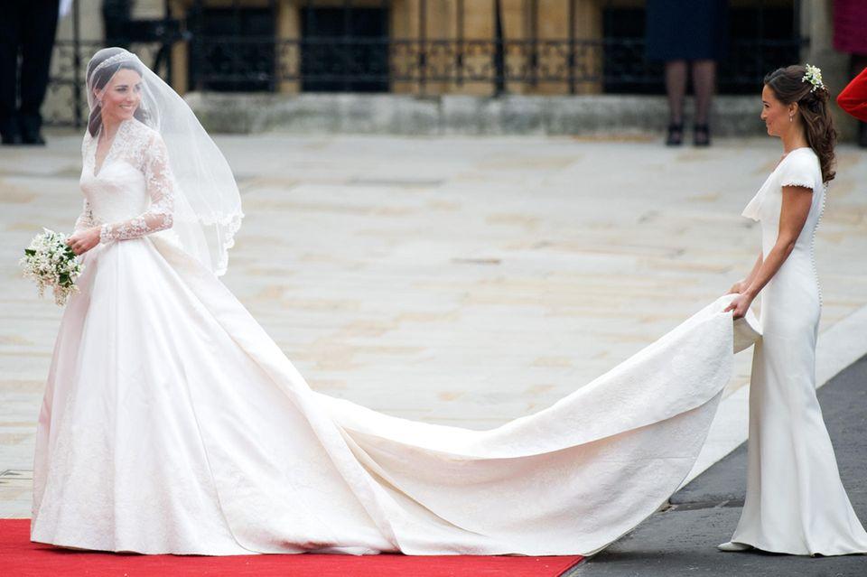 Das erste Brautkleid von Herzogin Catherine besticht durch seine fast drei Meter lange Schleppe.