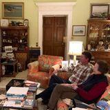 """Royale Rugby-Fans: Prinzessin Anne und ihr Ehemann SirTimothy Laurence haben ihr heimisches Wohnzimmer frei nach dem Motto """"Hauptsache gemütlich!"""" eingerichtet. Dunkles Holz, florale Muster und ganz viele Andenken und Fotos bestimmen den Stil des Raumes."""