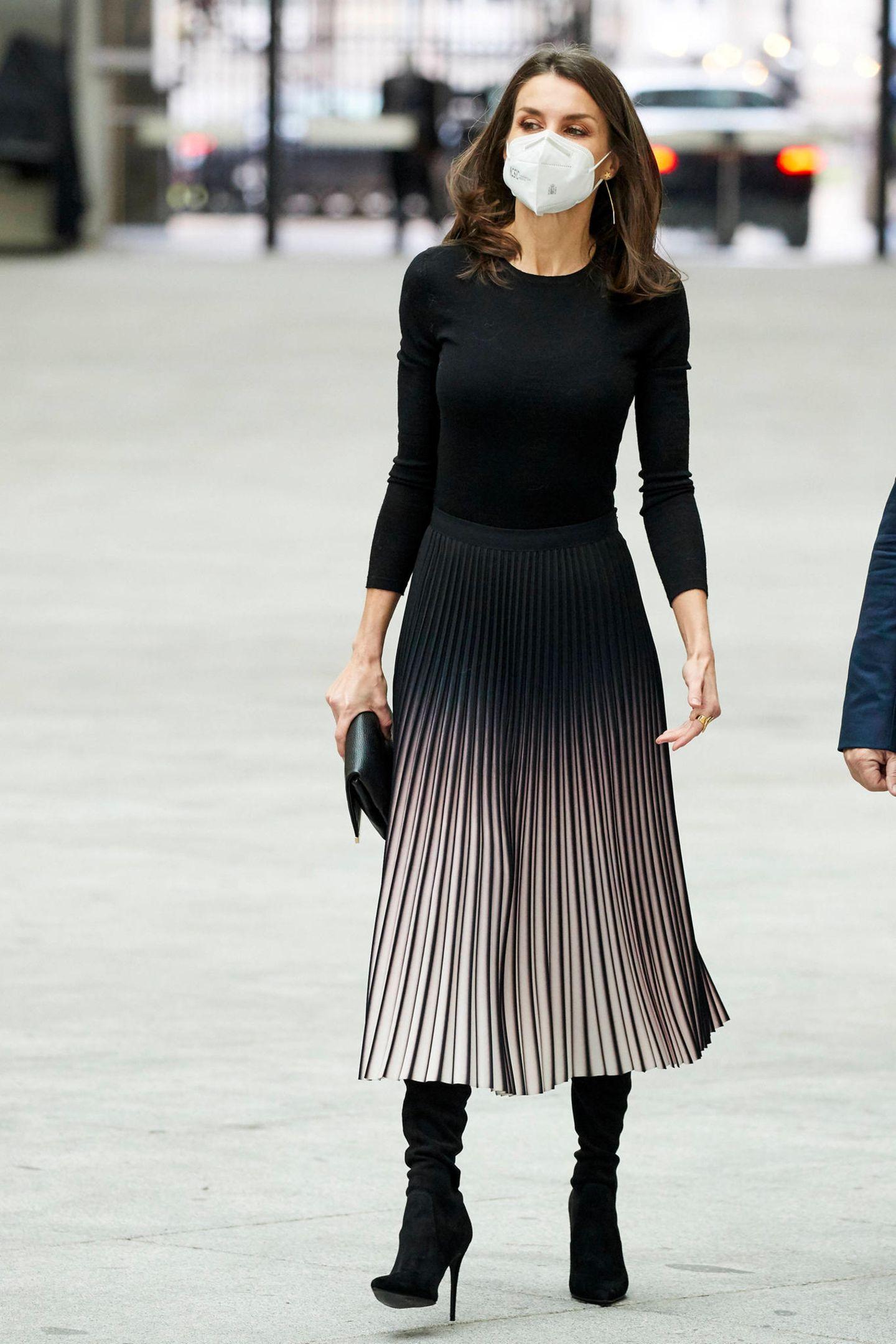 Wenig Aufwand, große Wirkung: Königin Letizia weiß, wiesie einen schlichten Look zum echten Hingucker macht. Für die Verleihung der Journalismuspreise APMin Madrid greift die spanische Monarchin zu einem schlichten Basic-Shirt und kombiniert es mit einem aufregenden Plisseerock mit Farbverlauf von Reiss. Besonderer Eyecatcher:Die schwarzen Overkneestiefel von Steve Madden.