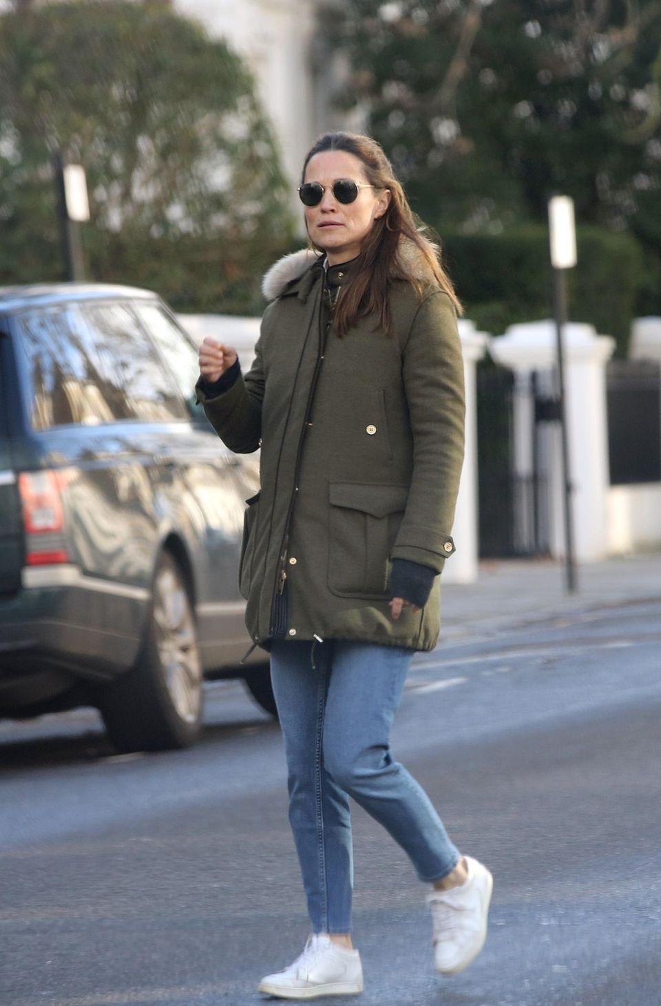 Pippa Middleton ist stylisch im des Londoner Nobelviertels Chelsea unterwegs: Sie trägt eine coole Ray-Ban-Sonnenbrille, blaue Jeans und Sneaker von Jimmy Choo. Ihre deutlich gewölbte Körpermitte hüllt sie in einen grünen Parka des amerikanischen Labels Fay. Die Schwester von Herzogin Catherine soll bald ihr zweites Kind erwarten und scheint die wachsende Babykugel nicht mehr länger verstecken zu können.