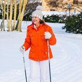 Gut, dassKönigin Silvia eine rote Jacke trägt. Sonst hätte man sie mit weißer Ski-Hose und hellgrauer Bömmelmütze fast übersehen ...