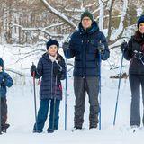 Klar: Esist die schwedische Königsfamilie, die nahe Schloss Drottningholm bei Minusgraden die Sonne genießt.Die Kinder in Schweden haben gerade Winterferien, so auch Prinz Oscar und Prinzessin Estelle.Also raus mit Papa Prinz Daniel und Mama Prinzessin Victoria in die Natur.