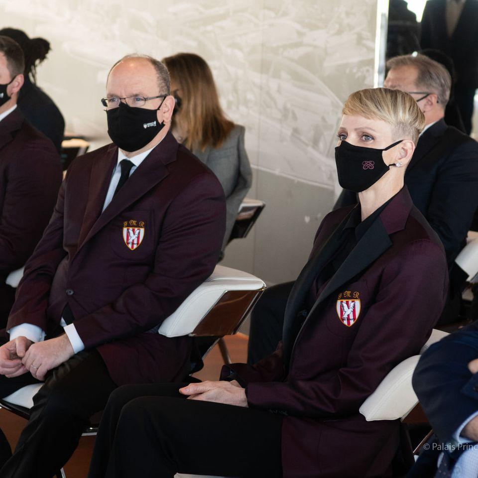 Februar 2021  Zum Auftakt eines Rugby-Turniers in Monaco kommen Fürst Albert und Fürstin Charlènein stylischen Partnerlooks! Doch auch die coole Kurzhaarfrisur der Zwillingsmama fällt auf: Sie trägt das blonde Haar gesträhnt und kurz, unten sogar abrasiert.