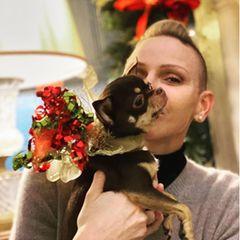 Dezember 2020  An Weihnachten meldet sichdie Fürstin mit ein paar Fotos auf Instagram. Während CharlènesGesicht von ihrem Hündchen verdeckt wird, ist der Undercut mit Tolle gut zu erkennen.