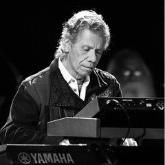9. Februar 2021: Chick Corea (79 Jahre)  Der legendäre Jazz-Pianist Chick Corea ist tot. Er sei an einer seltenen Krebserkrankung gestorben. Das gibt sein Marketingmanager Dan Muse auf seiner Website bekannt. Der US-Komponist galt als einer der bedeutendsten Vertreter des Rockjazz. Er hat sage und schreibe 23 Grammys gewonnen und ist unter anderem mit Star-Trompeter Miles Davis aufgetreten.
