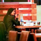 """9. Februar 2021  Kourtney Kardashian wurde in einem Nobelrestaurant in Los Angeles gesichtet. Doch Kim Kardashians Schwester war nicht allein unterwegs. Sie soll mit """"Blink 182""""-Schlagzeuger Travis Barker ein Date gehabt haben. """"Sie flirteten und [...] haben sogar über den Tisch hinweg Händchen gehalten"""", so eine Quelle gegenüber """"People"""". Die beiden sollen sich schon länger kennen, doch nun sei aus der Freundschaft etwas """"Romantisches"""" geworden."""