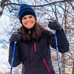 Die schwedischen Royals strahlen bei ihrem Skiausflug um die Wette.Kronprinzessin Victoria scheint die Wintersportaktivitäten zu genießen und grinst munter in die Kameras. Obwohl die Wahl ihres Skianzuges sehr schlicht ausfällt, lässtes sich Victoria nicht nehmen, mit ihrer gestreiften Mütze von Acne etwas Farbe und gute Laune in ihr Outfit zu bringen.