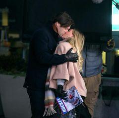 """Dieser vermeintlich leidenschaftliche Kuss zwischen Hilary Duff und Steven Good entsteht bei Dreharbeiten zur Serie """"Younger"""". Bei diesem Schmatzer, der vor dem Madison Square Garden in New York aufgenommen wird, handelt es sich eher um einen Abschiedskuss. Denn die kommende siebte Staffel wird die Letzte sein."""