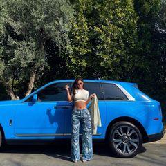 Eine weitere Outfit-Auto-Kombi, die perfekt abgestimmt ist: Kylie Jenner trägt eine blau gemusterte Jeans zu ihrem blauen Auto.