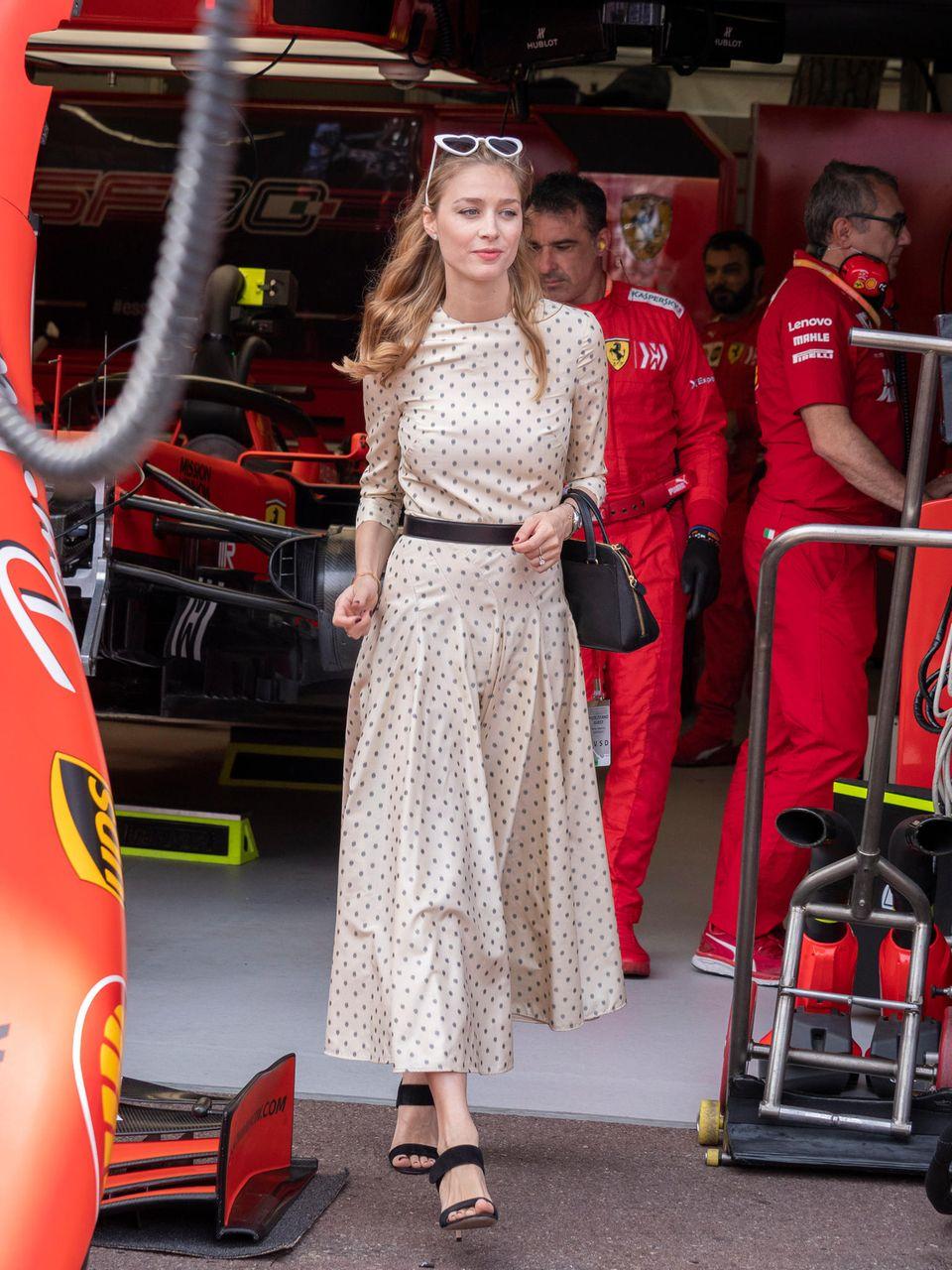 Beim Grossen Preis von Monaco im Sommer 2019 trägt Beatrice ein cremefarbenes Kleid mit Muster von Dior. Schwarze Accessoires und eine herzförmige Sonnenbrille machen den Look perfekt.