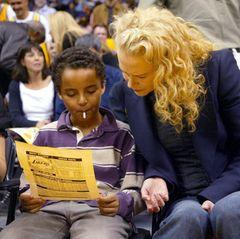 In ihrer Ehe mit Tom Cruise von 1990 bis 2001 adoptierte Nicole Kidman neben Tochter Isabella auch ihren Sohn Connor Cruise, hier 2004 bei einem Basketballspiel in L.A. Die beiden teilten sich das Sorgerecht, die Kinder blieben aber vornehmlich beim Vater.