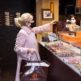 Wie so viele, ist auch Dr. Jill Biden vor dem Valentinstag in geschäftiger Laune. Noch schnell etwas Süßes für den Liebsten gekauft – und das in einem ganz besonderenLook. Den rosafarbenen Mantel des Labels Hisokennen wir bereits. Dr. Jill Biden trug den weit geschnittenen Mantel in der Wahlnacht.