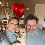 Thomas Anders,seine Frau Claudia und Vierbeiner Peanut schicken ihren Instagram-Fans im gemütlichen Partnerlook liebste Grüße zum Valentinstag.