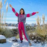 Cathy Hummels hat viele Valentinslieblinge, auf ihrem Pullover ist aber zu lesen, wer die wichtigsten sind: ihre Familie. Und die macht sie so mutig, dass sie sogar barfuß im Schnee tanzen kann.