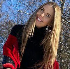 Victoria Swarovski ist auf Wolke sieben. Den Tag der Liebe zelebriert sie mit dem perfekten Valentinstags-Accessoire. Zur schwarz-roten Winterjacke kombiniert die schöne Moderatorin eine Strumpfhose von Calzedonia, die übersäht ist mit roten Herzen.