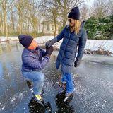 """14. Februar 2021  """"Mehr als 20 Jahre später..."""" Anlässlich des Valentinstags zeigen sich König Willem-Alexander und Königin Máxima in diesem Jahr von ihrer ganz privaten Seite. Die beiden stellen nämlich mit diesem winterlichen Bild den Moment des royalen Heiratsantrag nach, den der damalige Kronprinz seiner Angebeteten gemacht hat. Den zwar schon im Januar 2001, aber ebenauf dem selben, damals auch zugefrorenen Teich am Palast Huis ten Bosch."""