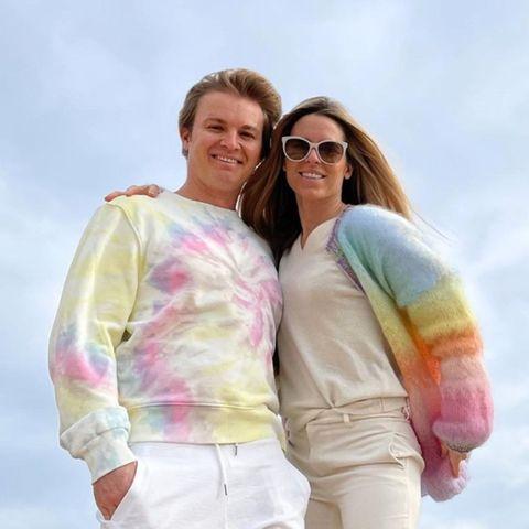 Zucker! Der coole Partnerlook von Nico Rosberg und Vivian Sibold ist definitiv mal etwas anderes. Das Duo präsentiert sich im Batik-Pullover aus verschiedenen Pastellfarben und in einem Cardigan mit Regenbogen-Verlauf. Passend dazu tragen beide helle Hosen. Das schreit nach Frühling!