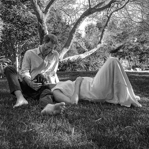 Mit diesem wunderschönen Schwarz-Weiß-Bild verkünden Prinz Harry und Herzogin Meghan im Februar dieses Jahres stolz, dass Archie ein großer Bruder wird. Im Sommer 2021 soll ihr zweites Kind, ein Mädchen, zur Welt kommen.
