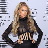 WOW! Bei derRihanna's Savage X Fenty Show Vol. 2 im Oktober 2020 zeigt sich Paris Hilton im halb-transparenten Outfit und XXL-Löwenmähne. Ein toller Look!