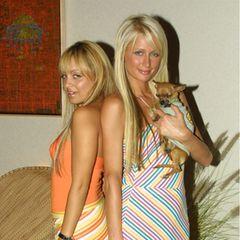 """Gemeinsam mit ihrer damaligen Freundin Nicole Richie lernte Paris Hilton in der Doku-Soap """"The simple life"""" das normale Leben kennen – natürlich ohne den gewohnten Luxus. Die erste Staffel ging 2003 an den Start."""