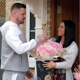 Edles Bouquet!Ihren ersten gemeinsamen Valentinstag, den sie in Carls Woods Haus in Essex verbringen, wird Katie Price sicherlich nicht so schnell vergessen: Ihr Liebster beschenkt siemit ganz besonderen Blumen – im Wert von über 10.000 Euro. Die luxuriösen Sträußeenthalten nämlich eine Rose aus22-karätigemGold.