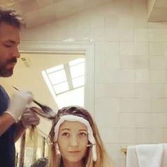 Huch, diesen Friseur kennen wir doch? Bei Blake Livelys persönlichem Hairstylisten handelt es sich um niemand geringeren, als um ihren Ehemann Ryan Reynolds. Da selbst unsere Promis während der Coronakrise auf den heiß ersehnten Friseurbesuch verzichten müssen, hat das Hollywood-Paar selbst Hand angelegt. Und auch, wenn BlakedenFotos nach zu urteileneher widerwillig ihre blonde Mähne in die Hände ihres Ehemanns gibt, scheint Ryan die Sache wirklich ernst zu nehmen. Na, wenn das keine wahre Liebe ist!?