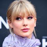 Taylor Swifts Signature-Look sieht eigentlich anders aus: Sie setzt meist auf klassischeroteLippen und einenschwarzenEyeliner.Bei diesem Make-up wählt die Sängerin allerdings sanfte Lila-Töne mitdichten Wimpern. Diespasstnicht nur perfekt zu ihrem Kleid sondern hebtauch ihre grünen Augen hervor.