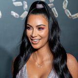 Erdtöne und Braune Smokey-Eyesist man von Kim Kardashian gewohnt. Umso überraschender ist dieses Augen-Make-up in warmen Lila-Nuancen. Den Lidschatten blendet ihr Make-up Artist auch weit am unteren Wimpernkranz aus und erzielt so einen soften ausgerauchten Look.