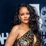 """Dass sich Rihanna mit Make-up auskennt,dürfte mittlerweile bekannt sejn. In 2017 launchte sie ihre Marke """"Fenty Beauty"""". Aber auch an ihren besonderen Looks sieht man ihre Expertise: Der Lidschatten im Halo-Style lässt ihre Augen größer wirken. Die Ombré Lippen machen den sexy Look perfekt."""
