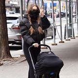 Gigi Hadid steht auf Funktionalität:Für den quirligen New Yorker Stadtverkehr hat sie sich die Autositz-Kinderwagen-Kombination von Doona angeschafft, bei der sie Baby Khai einfach in der Schale schlummern lassen kann.