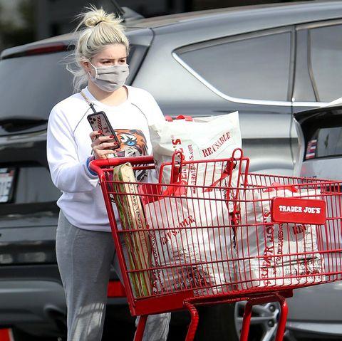 """Das dürfte für eine Woche reichen! """"Modern Family""""-Star Ariel Winter hat im """"Trader Joe's""""-Supermarkt in Los Angeles ordentlich zugeschlagen."""