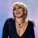 """Passend zu ihrem Rock-Album """"Plastic Hearts"""" präsentiert sich Miley Cyrusmit Big Smokey Eyes. Die Sängerin setzt besonders in letzter Zeitauf sehr intensiveAugen-Make-ups. Auch vor Glitzer schreckt sie nicht zurück."""