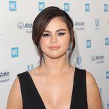 """Selena Gomez sorgte mit dem Launch ihrer Make-up-Brand """"Rare Beauty"""" 2020 für eine echte Überraschung. Während man die Sängerin früher häufig mit wenig oder hellem Lidschatten sah, setzt sie immer häufiger auf kreativere Looks. Eben wie bei diesem rauchigausgeblendeten Eyeliner."""