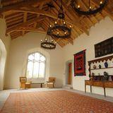 Wenn kein festliches Dinner ansteht, erstrahlt das Esszimmer mit Tageslicht in seiner vollen Pracht. Die Kronleuchter setzen einen gelungenen Kontrast zum Beige der Wände undder hellen Holzdecke.
