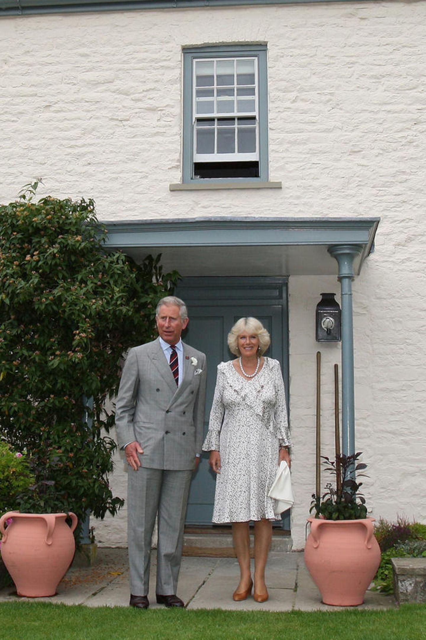 Prinz Charles und Herzogin Camilla vor ihrem LandhausLlwynywormwood in Wales