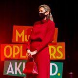 Was für ein Look! In diesemroten Kleid von Massimo Dutti strahlte Máxima der Niederlande im Oktober 2020. Passend dazu wählte sie rote Stiefel vonGianvito Rossiund eine rote Tasche vonDelvaux. Von diesem Look hat sich auch eine andere Royal inspirieren lassen.