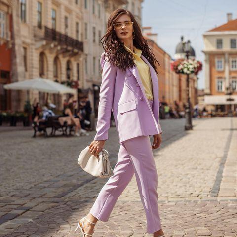 Modetrends 2021: Was im Kleiderschrank nicht fehlen darf, Junge Frau, Hosenanzug, Street Style