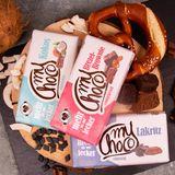 """Gutes tun kann einfach und lecker sein 100 % belgische Schokolade, kombiniert mit raffinierten und ausgewählten Zutaten: Das macht die Schokolade von """"myChoco"""" aus. Nicht nur, dass die 180-Gramm-Tafel imrecycelbarenVerpackungsmaterial daherkommt: Nein, mit dem Kauf der Schokolade unterstützen Sie gleichzeitigSchulbauprojekte in Tansania. Beim Auspacken der """"myChoco""""-Tafel erwartet einen daher nicht nur unwiderstehlicher Genuss, sondern auch wertvolle Informationen zu den Hilfsprojekten. Preis 2,99 Euro"""