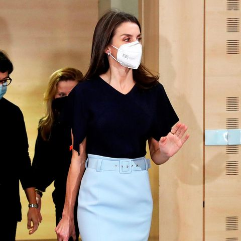 """Für diePräsentation der """"Spanischen Kooperationsstipendien"""" in Madrid hat sich Königin Letizia einen besonders Look ausgesucht. Der hellblaue Bleistiftrock mit Gürtel zum dunkelblauen Shirt von Hugo Boss ist nicht nur farblich ein Blickfang."""