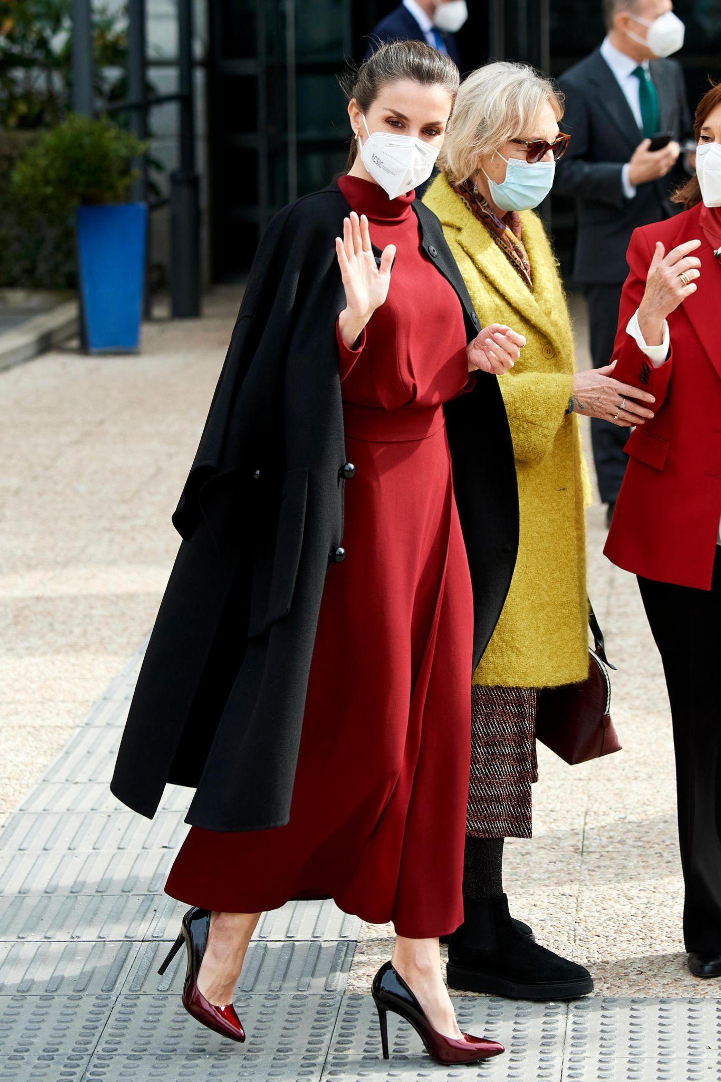 Im kräftig roten Rollkragen-Dress von Massimo Dutti besucht Letizia eine Ausstellung in der Nationalbibliothek von Madrid. Der nur über die Schultern geworfene Mantel ist dabei fast schon ein Markenzeichen der Königin geworden.