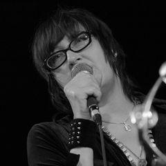 """17. Februar 2021:Françoise Cactus (57Jahre)  1993 gründete Françoise Cactus gemeinsam mit Brezel Göring die Musikgruppe """"Stereo Total"""". Nun ist die französische Sängerin, die seit den 1980er-Jahren in Berlin lebte, an den Folgen einer Krebserkrankung gestorben. """"Wir sind am Boden zerstört, den Todunserer geliebten Freundin, Sängerin und Schlagzeugerin Françoise Cactus bekannt zu geben. Sie starb heute Morgen [...] friedlich Zuhause"""", heißt es auf der Homepage der Band."""