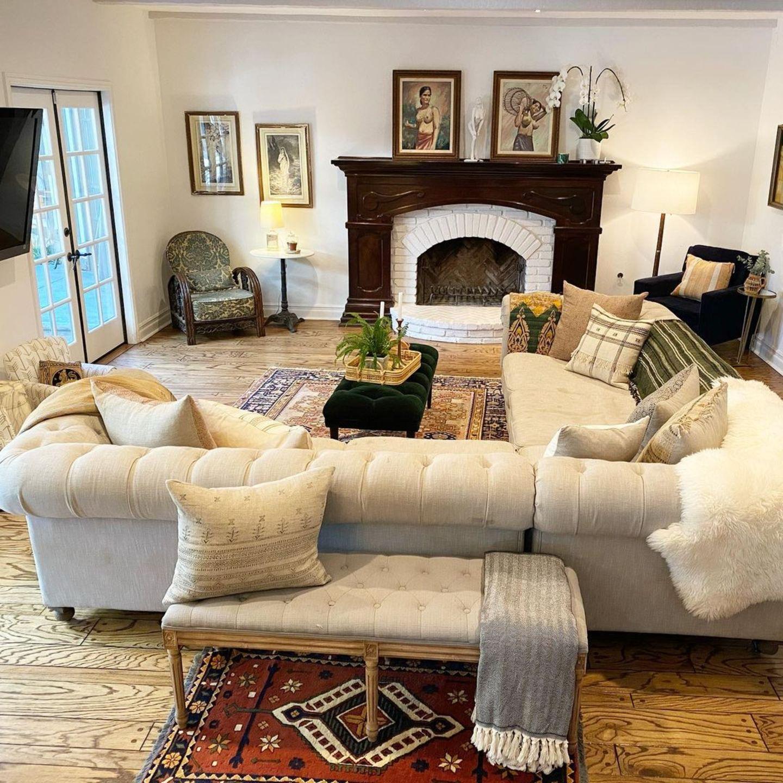 Das Haus der Familie in Los Angeles wurde er kürzlich umgestaltet. Nun dominieren helle, freundliche Farben und zahlreiche Textilien den Raum, der durch etliche Kissen und Decken besonders gemütlich wird.