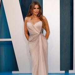 Aus der niedlichen Matrosin ist eine heißbegehrte Schauspielerin geworden, die mit ihrer mittlerweile perfektionierten Pose die Aufmerksamkeit der Fotografen auf sich zieht, ob nun auf dem Red Carpet oder im Alltag.